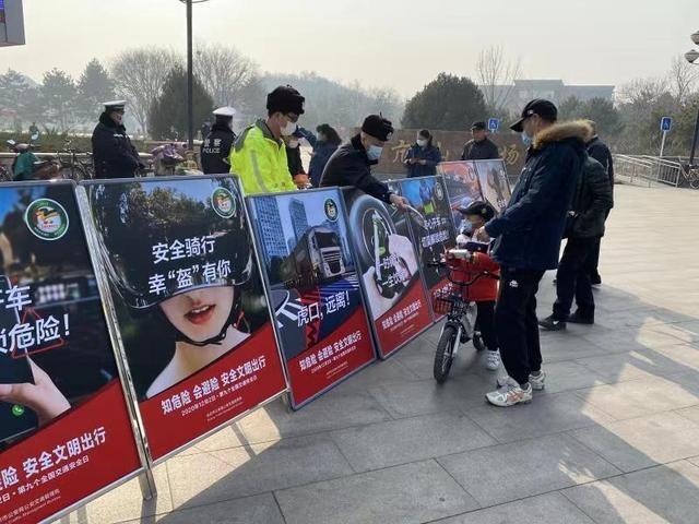 """北京交管部门开展""""生命无价·拒绝酒驾""""主题交通安全宣传教育活动"""