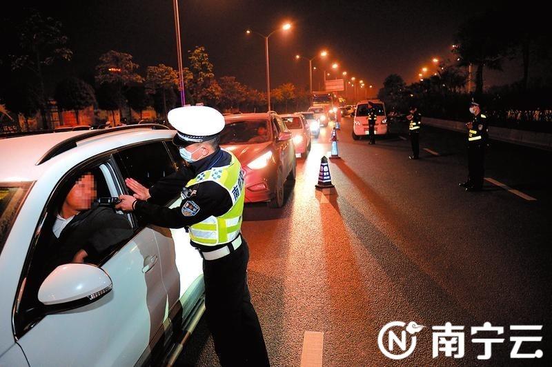 南宁警方开展大规模酒驾毒驾查缉行动。记者宋延康摄