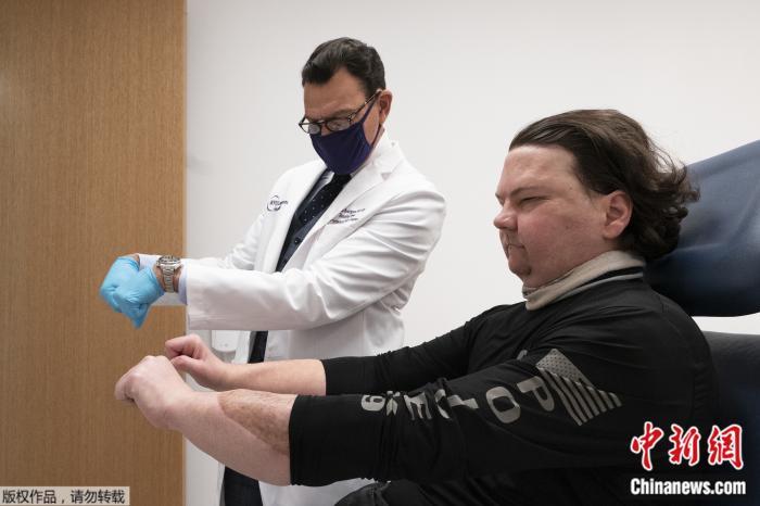 重获新生!男子成功完成换脸换手手术 为全球首例