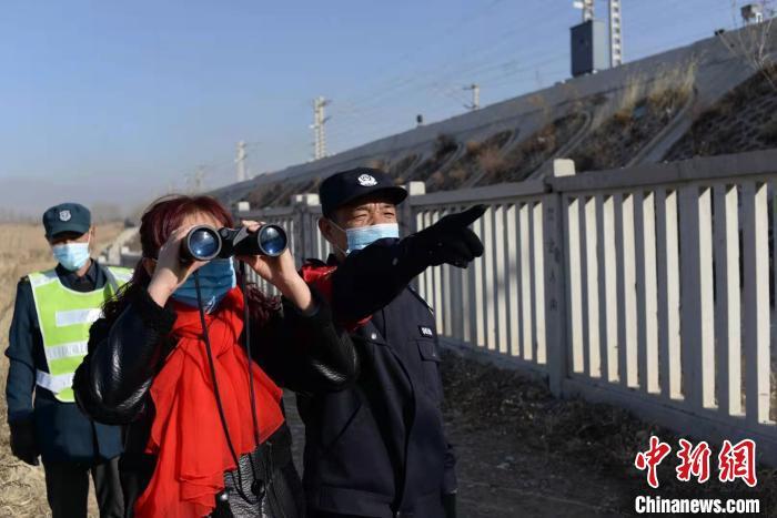 图为张献忠夫妻和铁路工作人员进行巡查。受访者供图