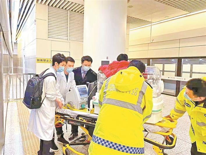 家属、医护人员和车站工作人员齐心协力将保温箱移进车厢内。 铁路部门供图