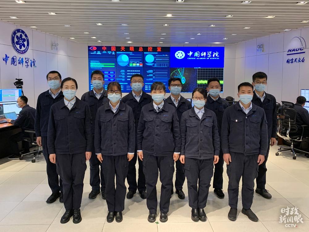 """△""""中国天眼""""运维团队均匀岁数是30岁。5日上午,测控工程师孙纯(一排左三)与宋本宁(二排右一)代表团队通过视频向总书记报告事情。(总台央视记者程铖拍摄)"""