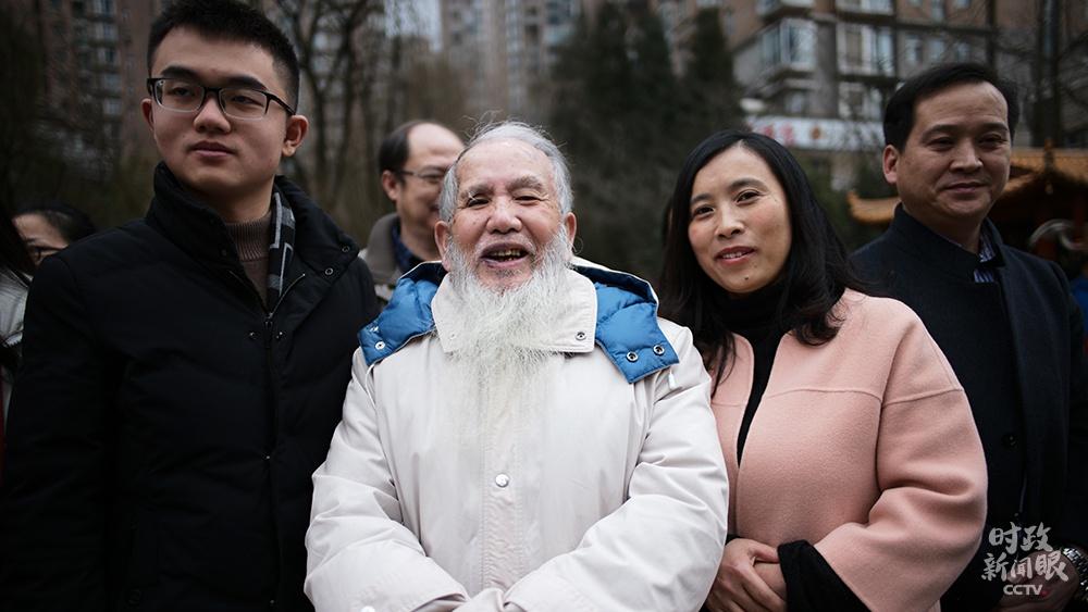 """△金元社区83岁的唐维明老人说:""""见到总书记很兴奋,很幸运,本年过年更开心喽!""""(总台央视记者彭汉明拍摄)"""