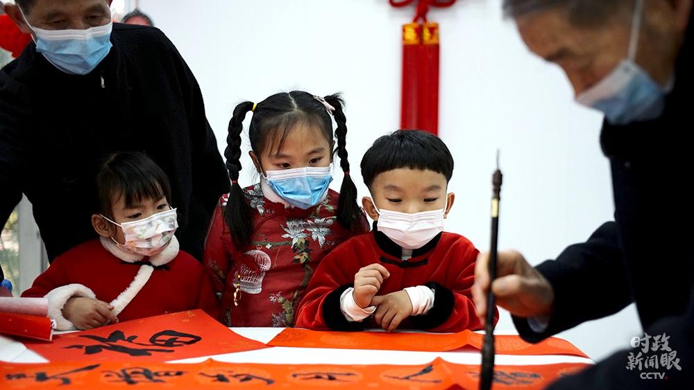 △金元社区住民运动室内,孩子们观摩书法写作。(总台央视记者王哈男拍摄)