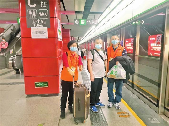▲深圳地铁义工护送残疾人出行。