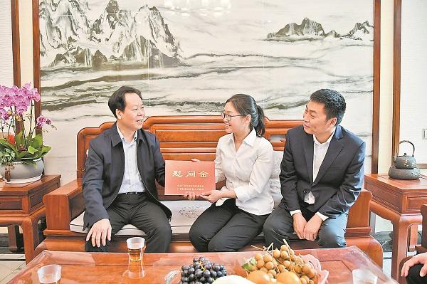 刘有明到江州区看望慰问 全国劳动模范、自治区道德模范
