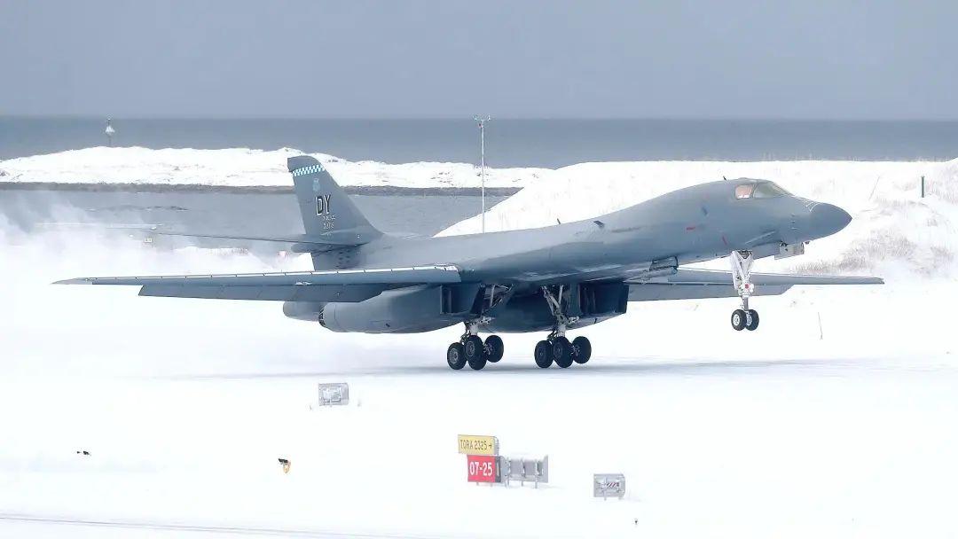 美军B-1B轰炸机首次在北极降落 俄军巡洋舰也去了图片