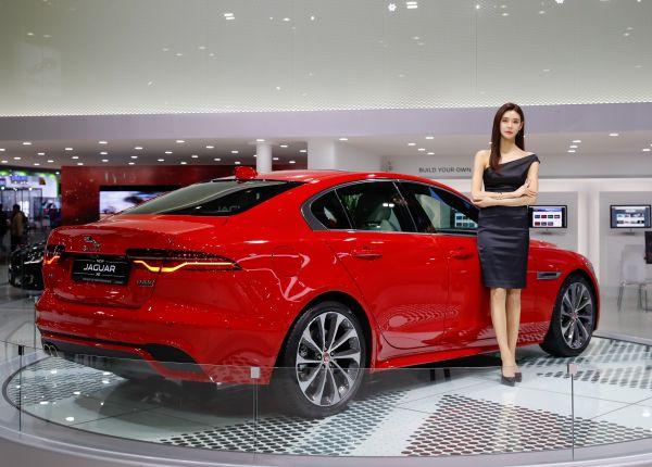 在韓國高陽,一名車模在展示捷豹XE車型。(新華社)