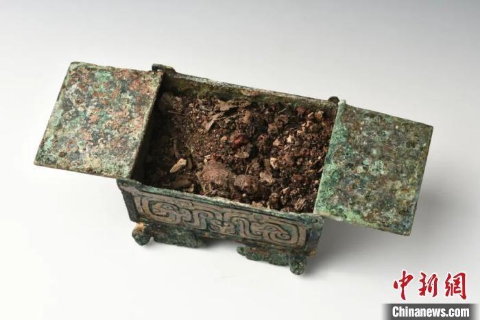 山西垣曲北白鹅墓地出土的化妆品盒。山西省考古研究院提供