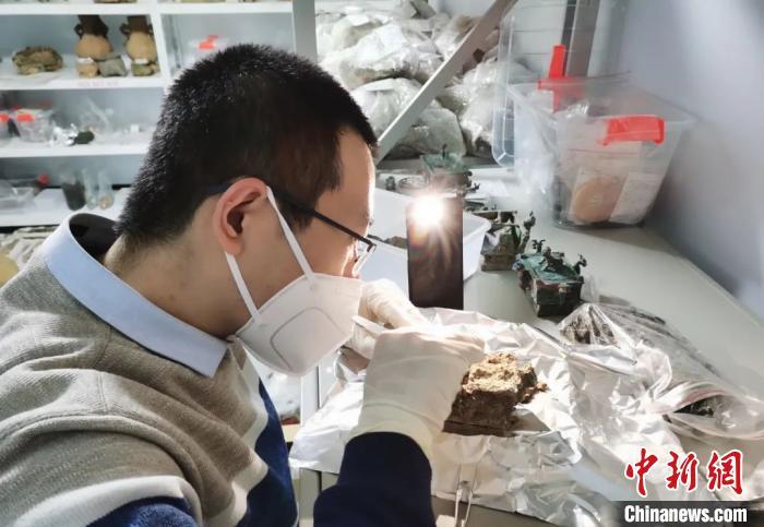 中国科学院大学韩宾博士现场取样及开展科技分析工作。山西省考古研究院提供