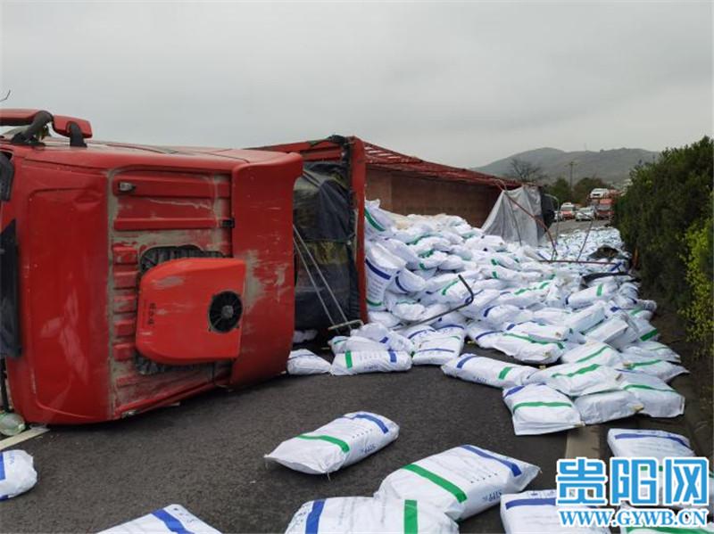 兰海高速独山县境内大货车侧翻,32吨磷酸盐落一地