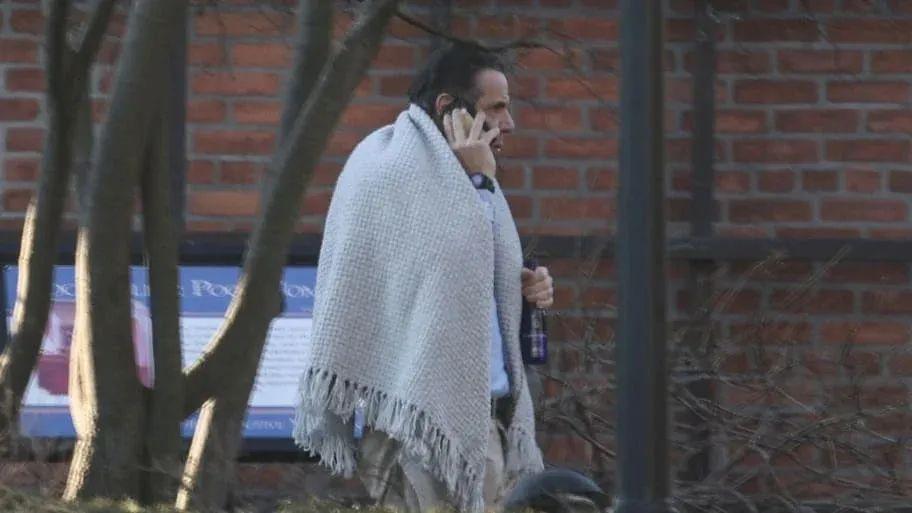 """深陷""""性丑闻"""",州长""""身披毯子,手拿酒瓶…?""""图片"""