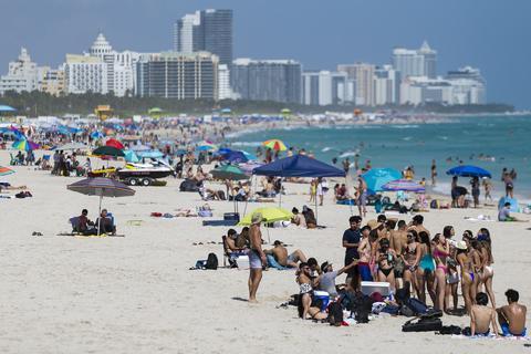 美国200余人扎堆海滩过春假 2名警察试图驱散被打伤