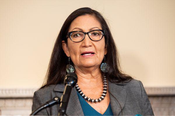 德布-哈兰成美国首位原住民内阁部长
