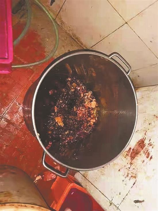 """深圳一烤魚店用地溝油做菜 廚師煉油被抓""""現行"""""""