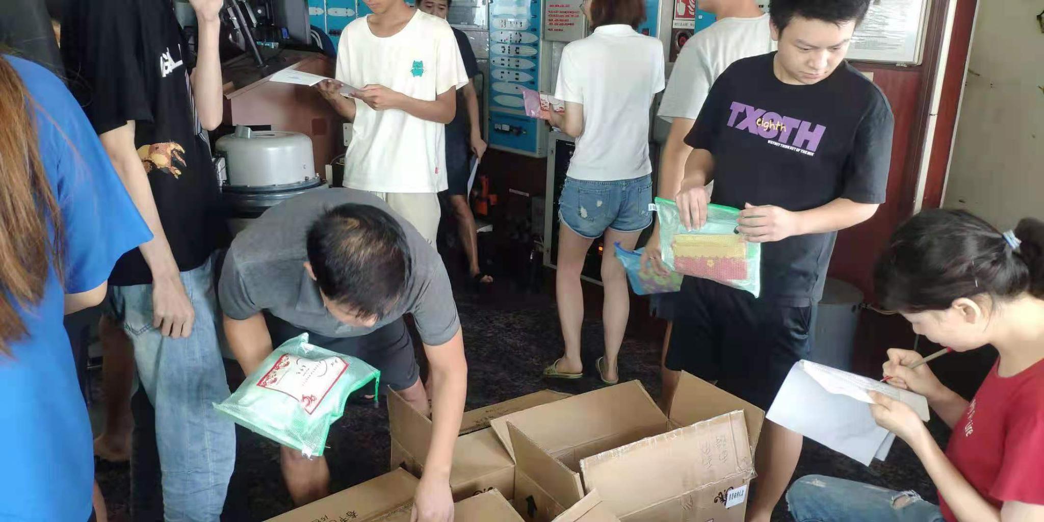 中国驻槟城总领事馆送来生涯用品和防疫物资。受访者供图