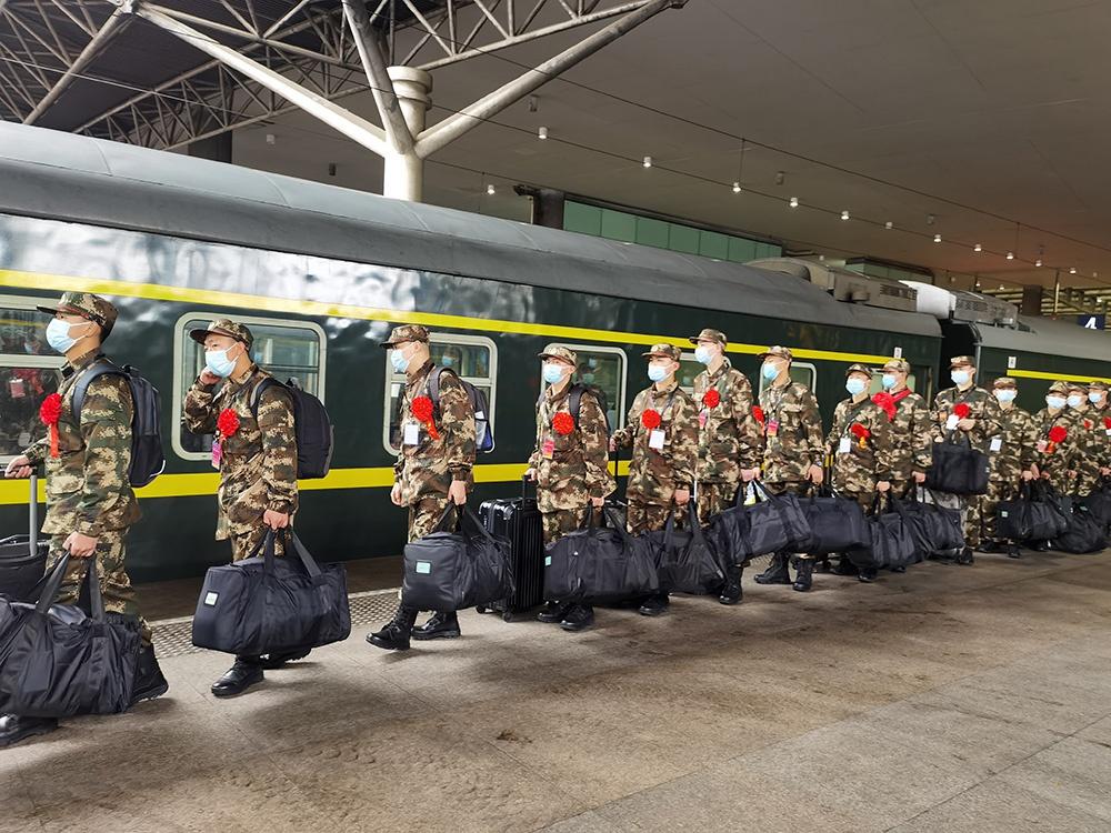 上海上半年征集的新兵今天奔赴军营,大学生比例超97%图片