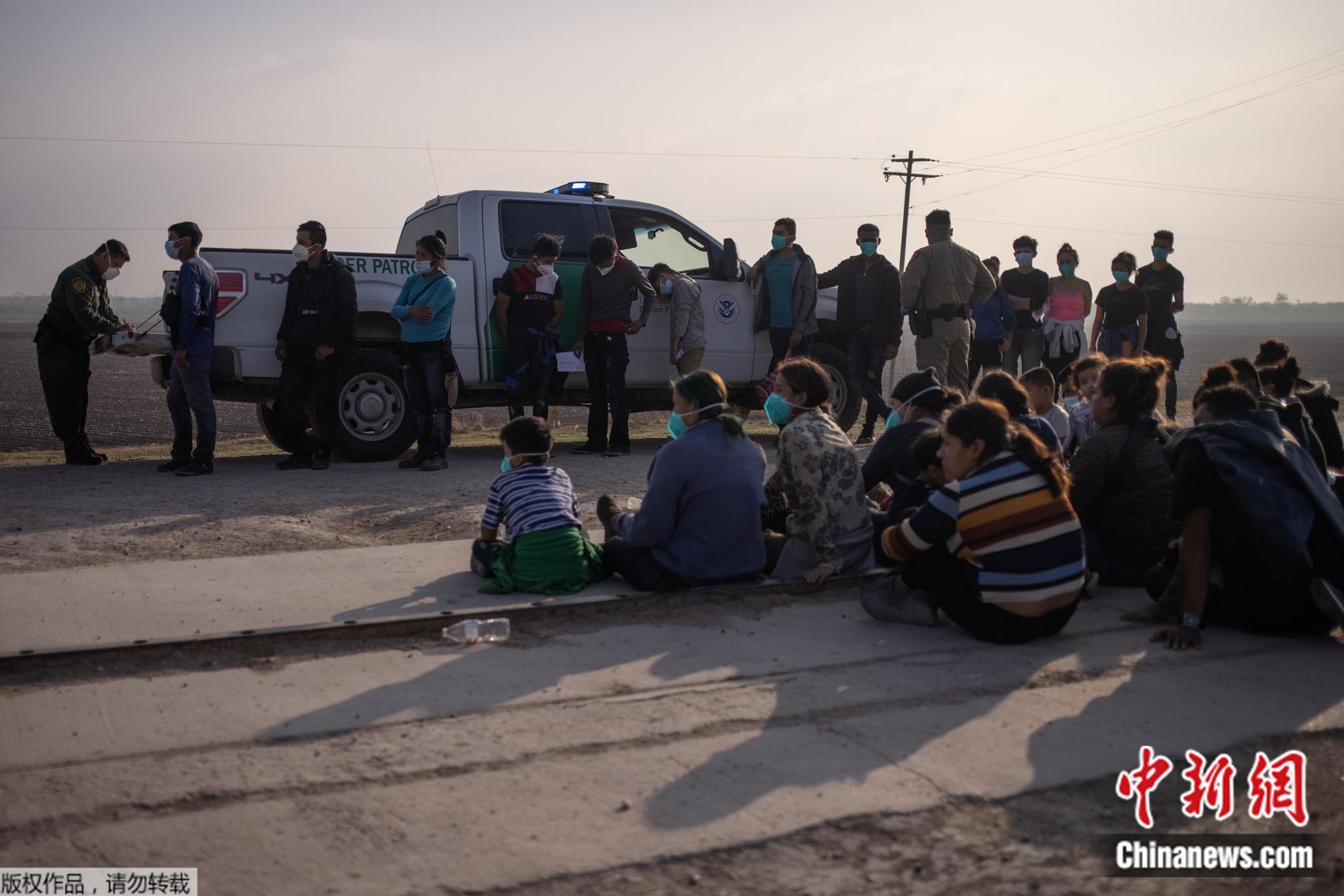 """""""美国梦""""滤镜又碎:10万移民被拘 拜登喊话""""别来"""""""