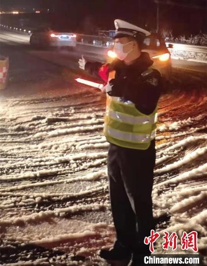 高速交警对滞留在现场的小型车辆进行分流。高速交警供图