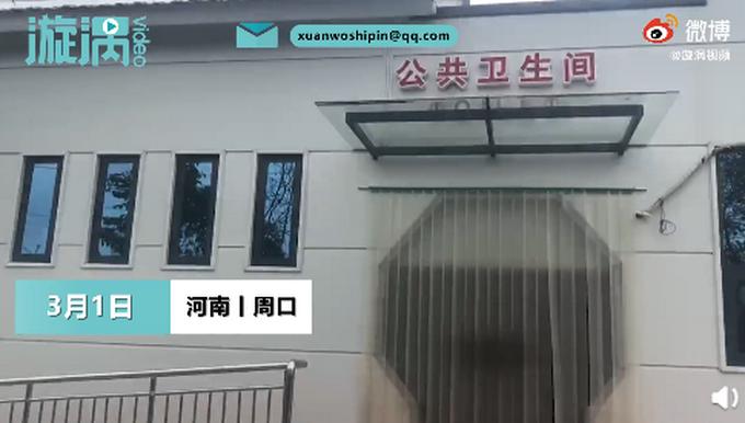 河南6旬大爷将街头公厕布置成KTV,盆栽彩灯音响引众人参观