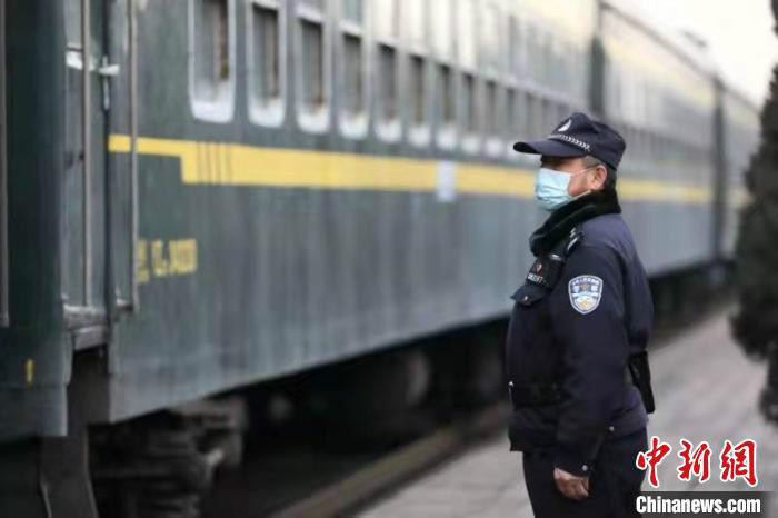 房万新是太原铁路公安局榆次车站派出所的一名民警,再有半年,他将退休,离开驻守近四十载的岗位。 李晓朋 摄