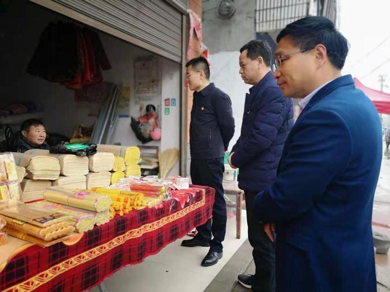 西平县常务副县长张鹏元宵节检查指导烟花爆竹禁放工作