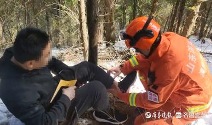 大雪过后男子受伤被困山顶,消防员搜山2小时施救