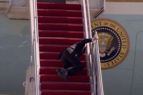 拜登在专机舷梯上连跌三次 白宫回应:他健康没问题