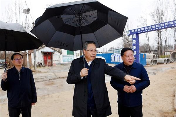 省委书记雨中暗访图片