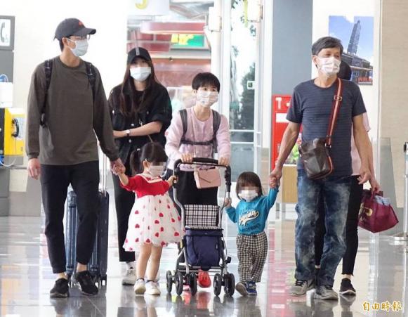 江宏杰(左)百口送福原爱母亲返回日本