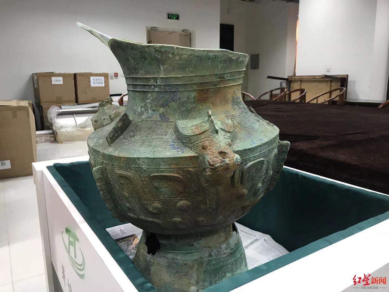 郭汉中正在修复的青铜尊