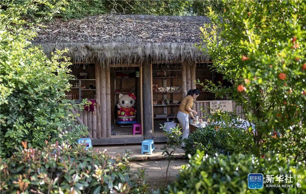 腾冲市三家村中寨司莫拉佤族村村民谋划的小卖部。摄于2020年5月。新华社记者 江文耀 摄