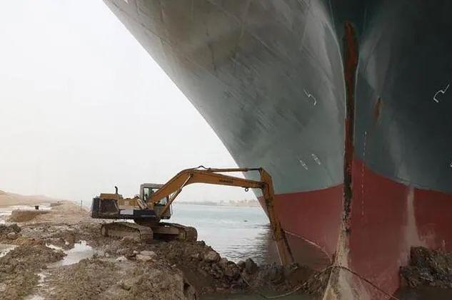 """苏伊士运河""""堵船"""" 全球贸易损失惊人"""