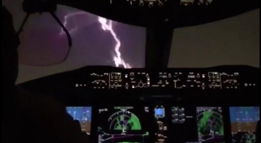 巴拿马一架客机在暴风雨中飞行时被闪电击中飞机头