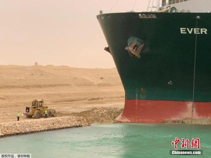 在苏伊士运河搁浅货轮救援缓慢 超150艘船被迫等待
