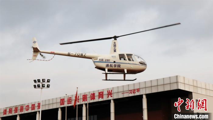 """直升机游校园、无人机红包雨……四川一高校为学生准备豪气""""见面礼"""""""