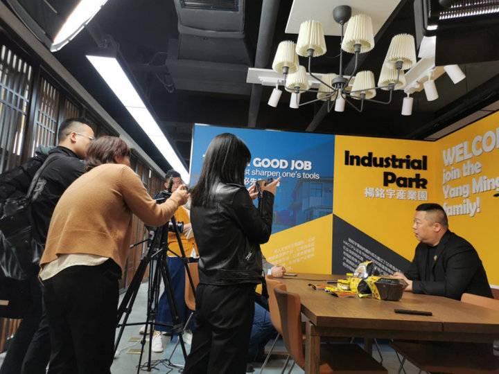 杨晓路正在接受媒体采访