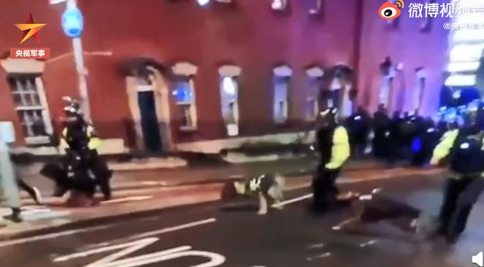 英警察用烈性警犬驱散示威者,不少人被咬伤,现场记者也被袭击!