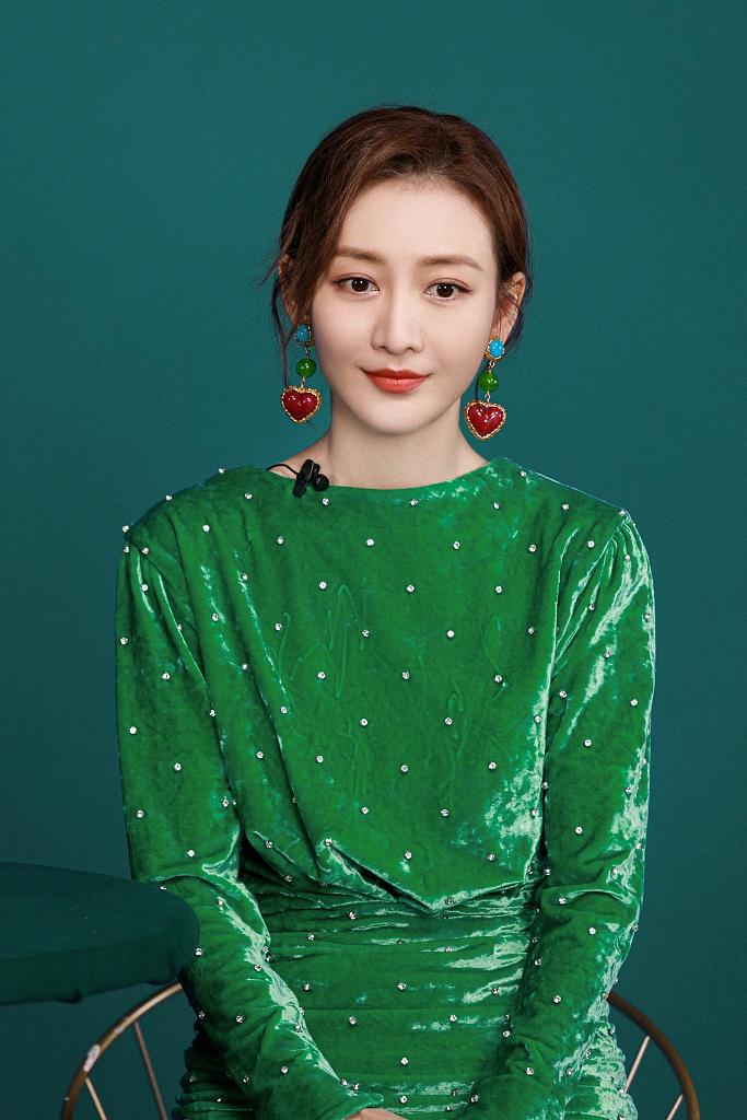 王鸥穿绿裙点缀爱心耳饰尽显温柔 对镜卖萌