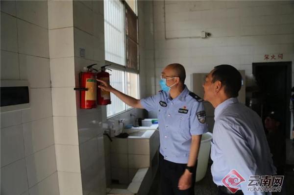 开学首日 云南339名公安局长当起护学民警
