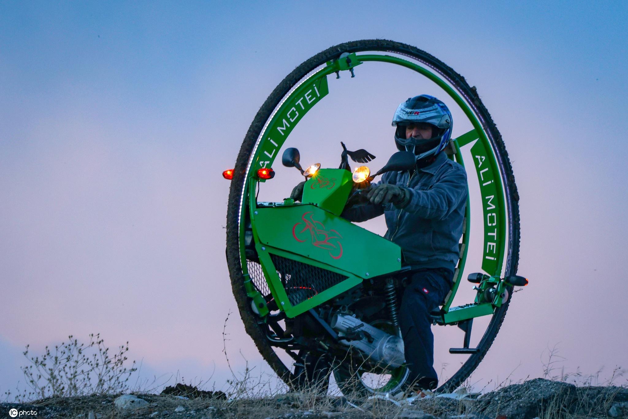 废物利用!伊朗男子用废弃材料打造独轮摩托车