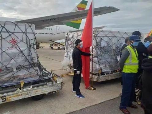 2月15日,中国国药团体疫苗到达津巴布韦