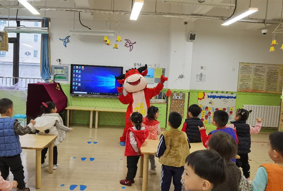 金牛赠影票、线上云升旗,天桥区金色悦城幼儿园举行春季开学典礼