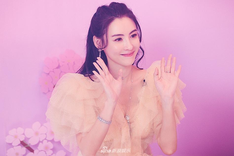 张柏芝穿鹅黄色纱裙 高贵典雅营造浪漫公主风