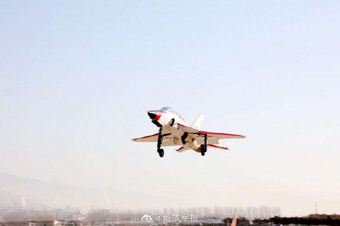海军飞行学员完成陆基模拟着舰考核 取得单飞资格