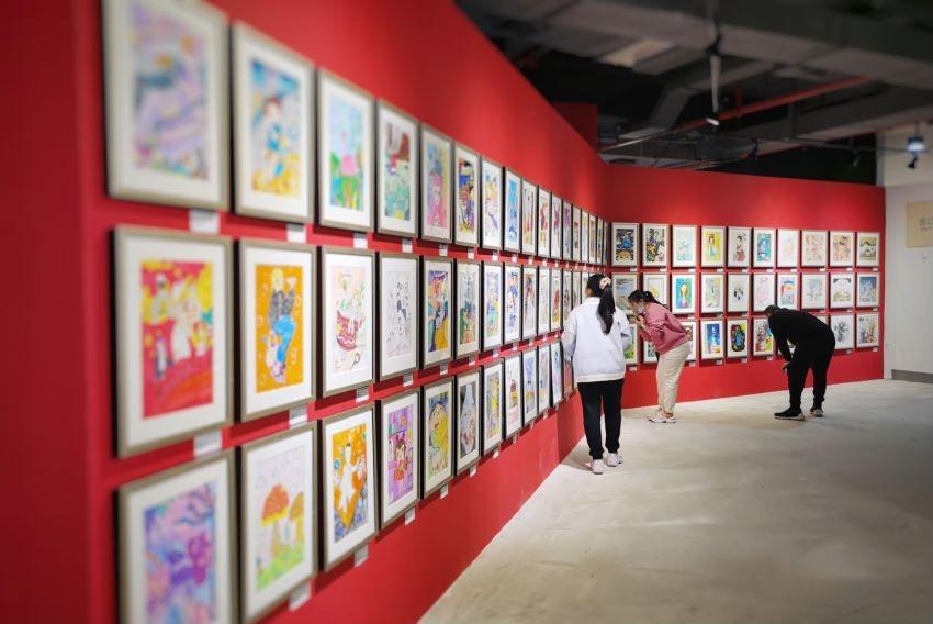 """""""小长假""""可以到这里看画,杨浦滨江的""""毛麻仓库""""""""上新""""了近4000幅优秀少儿艺术作品"""