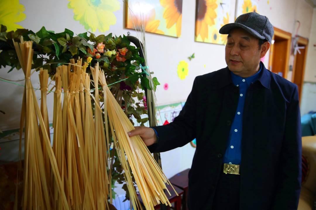 四川宣汉一退休教师用竹编讴歌时代精彩