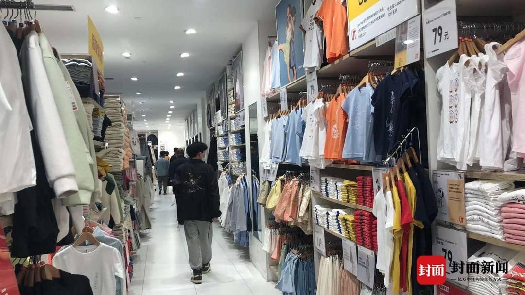 成人试穿优衣库童装引争议 成都门店:最近类似现象变多了