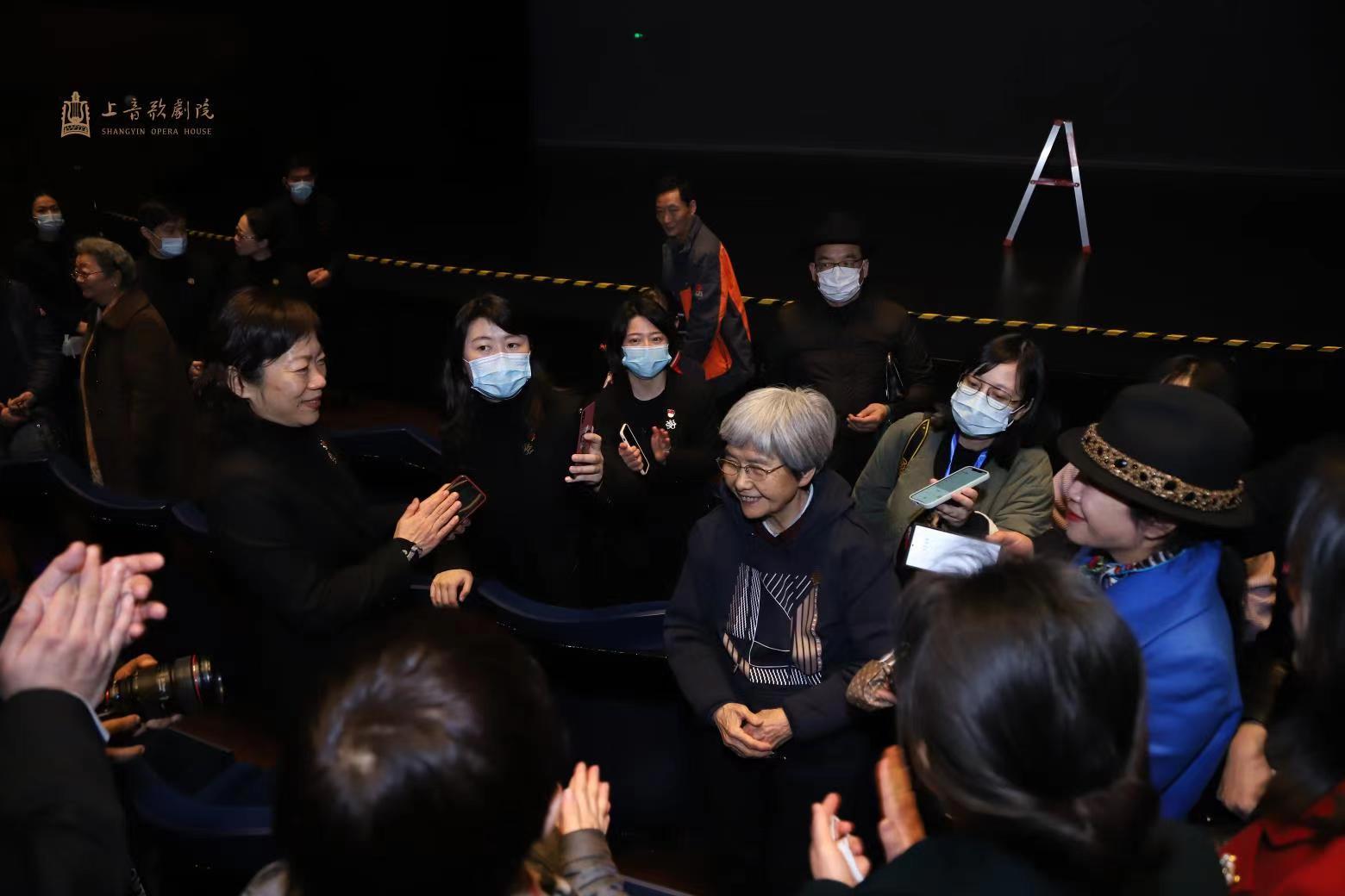 """""""敦煌女儿""""樊锦诗现身上音歌剧院,她说雷锋精神在当代没有过时,要做一颗永不生锈的螺丝钉"""