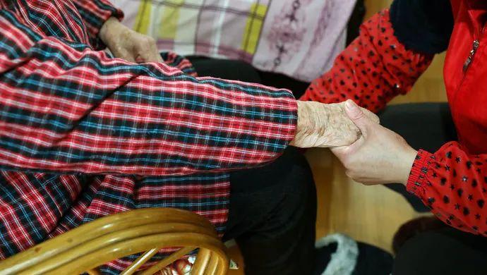 上海九旬老人为何把银行卡密码交给护理员?他们比许多子女做得更多
